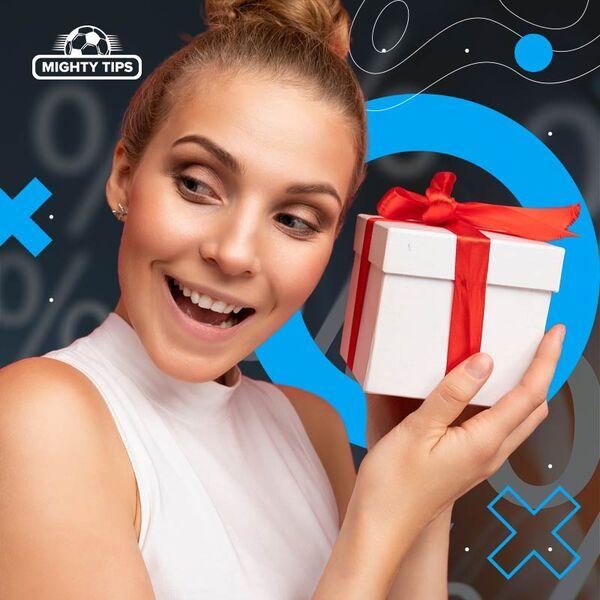 Une femme heureuse tient un cadeau