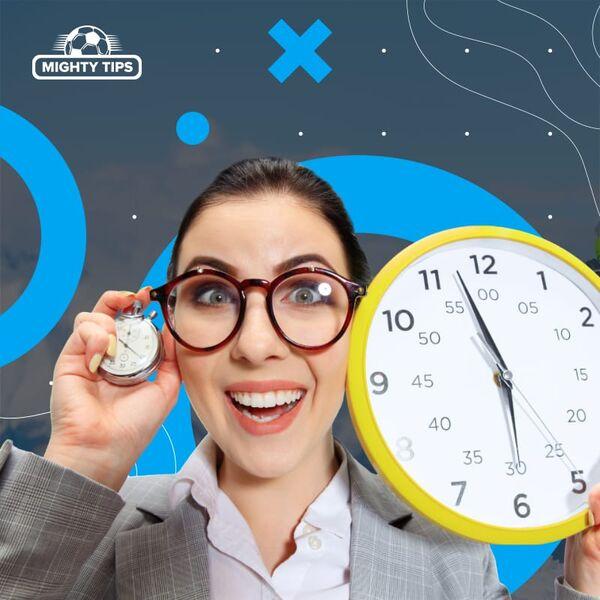 La femme tient l'horloge
